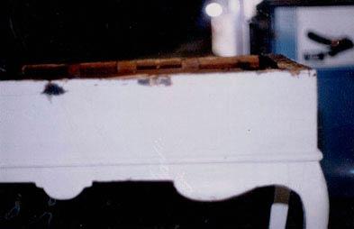 Hvidmalet bakkebord fra ca. 1780 afdækket.