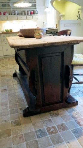 Langbord fra ca. 1790. Afdækket til original maling og restaureret.