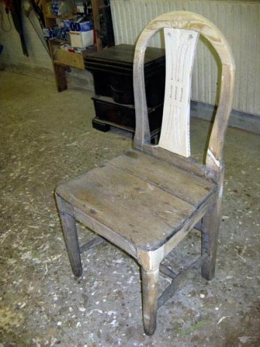 Gustavjansk stol fra ca. 1800, restaureret og malet.