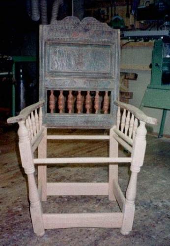 – kun ryggen er original. Stolen bliver genskabt og afdækket
